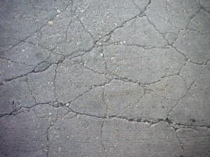 Gescheurd en verkruimeld beton